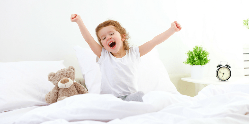 Here are some tips that totally changed our mornings and a printable checklist that will help you create an effective and joyful morning routine for kids! | Morning checklist for kids | Morning checklist for toddlers | Printable morning checklist